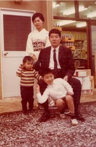 創業時に店舗の前で撮影した家族写真です